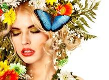 有蝴蝶和花的妇女。 免版税图库摄影