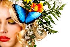 有蝴蝶和花的妇女。 免版税库存图片