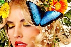 有蝴蝶和花的妇女。 免版税库存照片