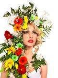 有蝴蝶和花的妇女 免版税库存照片