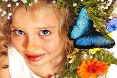 有蝴蝶和花的孩子。 图库摄影