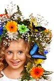 有蝴蝶和花的孩子。 免版税库存图片