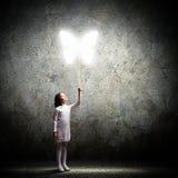 有蝴蝶气球的小逗人喜爱的女孩 图库摄影