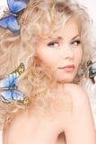 有蝴蝶的妇女在头发 免版税图库摄影