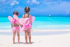 有蝴蝶的小女孩飞过海滩暑假 库存照片