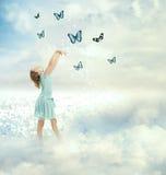 有蝴蝶的小女孩 图库摄影