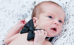 有蝴蝶逗人喜爱的绅士的新出生的男孩 免版税图库摄影