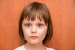 有蝴蝶面孔油漆的小女孩 库存图片