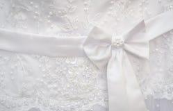 有蝴蝶结婚礼礼服的白色传送带 库存照片