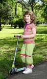 有滑行车的小女孩 免版税库存照片