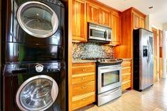 有洗衣店装置的厨房室 免版税库存图片