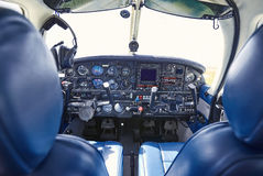 有仪表板的交谊厅航空器在离开前 免版税库存图片