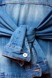 有结被栓的袖子的蓝色牛仔布夹克 免版税库存图片