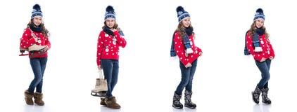 有戴被编织的毛线衣、围巾和帽子有冰鞋的卷曲发型的相当微笑的小女孩隔绝在白色背景 W 免版税图库摄影