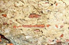 有破裂的混凝土的老红砖墙壁 库存照片