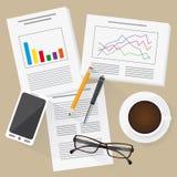 有统计、信息图表、手机和咖啡的平的设计工作地点 免版税图库摄影