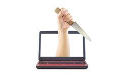 有从计算机显示器出来的刀子的刺中的手 免版税库存照片