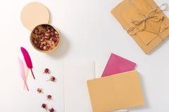有说谎在书桌上的干花的箱子 免版税库存图片