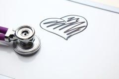 有说谎在书桌上的心电图的听诊器在医院 库存照片