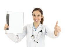 有给赞许的剪贴板的友好的女性医生 免版税库存照片