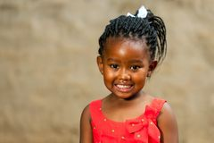 有结辨的发型的小非洲女孩。 免版税库存图片