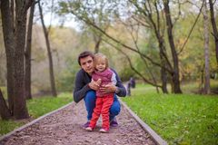 有他逗人喜爱的矮小的女儿的年轻父亲 库存照片
