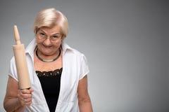 有滚针的年长妇女 免版税库存图片