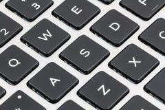有黑钥匙的膝上型计算机键盘 特写镜头 免版税库存照片