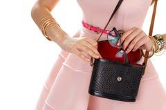 有黑钱包的女性手 免版税图库摄影
