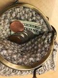 有黄铜乒乓开关短冷期关闭的被编织的硬币钱包 库存图片