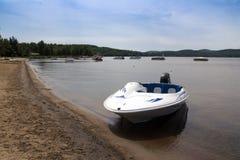 有水银引擎的Starfresh消遣小船在海滩MaskinongA©湖,魁北克,夏天白天的加拿大 库存照片