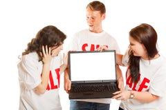 有`销售` T恤杉和膝上型计算机的青年人 库存照片