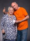 有年长儿子的微笑的老母亲 库存照片