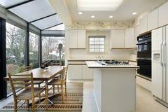 有滚滑门的厨房对露台 库存图片