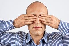 有紧紧闭上的眼睛的人 免版税库存图片
