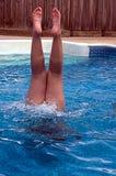 有黏附在水外面的腿的女孩 免版税图库摄影