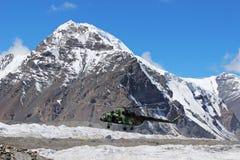 有登陆在汗腾格里峰和Pobeda峰底的登山人的苏联直升机野营(吉尔吉斯斯坦) 免版税库存图片
