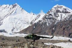 有登陆在汗腾格里峰和Pobeda峰底的登山人的苏联直升机野营(吉尔吉斯斯坦) 免版税库存照片