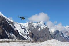 有登陆在汗腾格里峰和Pobeda峰底的登山人的苏联直升机野营(吉尔吉斯斯坦) 库存照片