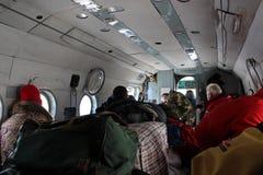 有登陆在舞田Adyr (吉尔吉斯斯坦)的登山人的苏联直升机 免版税库存图片
