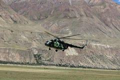 有登陆在迈达队Adyr (吉尔吉斯斯坦)的登山人的苏联直升机 图库摄影