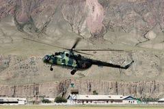 有登陆在迈达队Adyr (吉尔吉斯斯坦)的登山人的苏联直升机 免版税库存照片