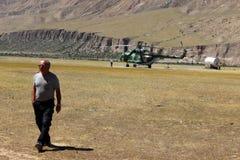 有登陆在迈达队Adyr (吉尔吉斯斯坦)的登山人的苏联直升机 库存图片
