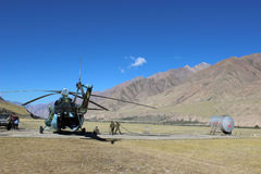 有登陆在迈达队Adyr (吉尔吉斯斯坦)的登山人的苏联直升机 库存照片