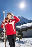 有滑雪者的冬天森林 免版税库存图片