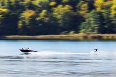 有水滑雪者的小船 免版税库存照片