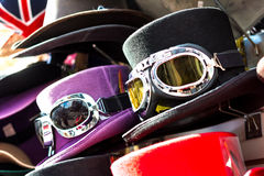 有滑雪风镜的高顶丝质礼帽 库存图片