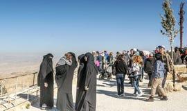 有黑面纱的妇女在登上Nebo 库存照片