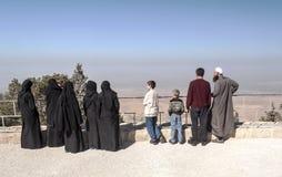 有黑面纱的妇女在登上Nebo 库存图片