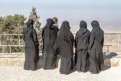 有黑面纱的妇女在登上Nebo 免版税库存照片